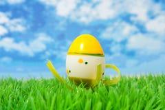 Huevo de Pascua amarillo en hierba Foto de archivo libre de regalías
