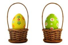 Huevo de Pascua amarillo en una cesta foto de archivo libre de regalías