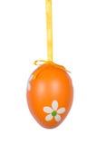Huevo de Pascua anaranjado aislado en el fondo blanco Fotografía de archivo libre de regalías