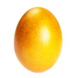 Huevo de Pascua coloreado de oro aislado en el cierre blanco del fondo para arriba Foto de archivo libre de regalías