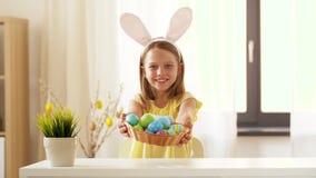 Huevo de Pascua coloreado demostración feliz de la muchacha en casa almacen de video