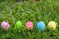huevo de Pascua colorido en el prado fresco de la primavera fotografía de archivo libre de regalías