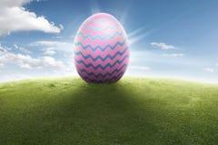 Huevo de Pascua colorido en hierba verde Imágenes de archivo libres de regalías