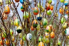 Huevo de Pascua con catkins del sauce Fotografía de archivo