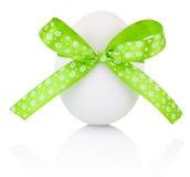 Huevo de Pascua con el arco verde festivo aislado en el fondo blanco fotos de archivo
