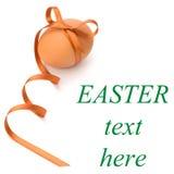 Huevo de Pascua con el arqueamiento festivo Fotos de archivo libres de regalías