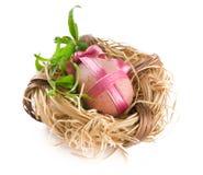 Huevo de Pascua con el arqueamiento rosado en jerarquía Fotografía de archivo