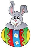 Huevo de Pascua con el conejito que está al acecho lindo Imagen de archivo
