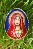 Elementos religiosos pintados en un huevo de Pascua Imágenes de archivo libres de regalías