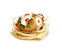 huevo de Pascua con el ornamento aislado en blanco Fotos de archivo libres de regalías