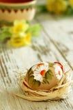 huevo de Pascua con el ornamento en de madera Fotografía de archivo libre de regalías