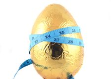 Huevo de Pascua con la cinta métrica 2 fotos de archivo