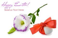 Huevo de Pascua con la cinta roja Imágenes de archivo libres de regalías