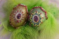 Huevo de Pascua con la imagen de Jesús en plumas Imagen de archivo