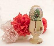 Huevo de Pascua con las flores artificiales Imagen de archivo libre de regalías