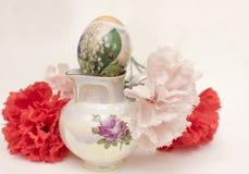 Huevo de Pascua con las flores artificiales Fotos de archivo libres de regalías