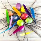 Huevo de Pascua con las plumas coloridas Fotos de archivo libres de regalías
