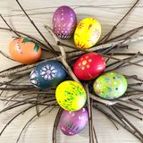 Huevo de Pascua con las plumas coloridas Foto de archivo libre de regalías