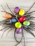Huevo de Pascua con las plumas coloridas Imagen de archivo libre de regalías