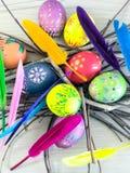Huevo de Pascua con las plumas coloridas Fotografía de archivo libre de regalías