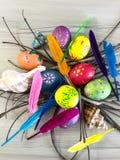 Huevo de Pascua con las plumas coloridas Fotos de archivo