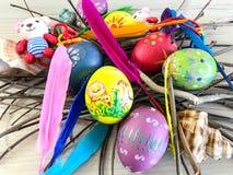 Huevo de Pascua con las plumas coloridas Foto de archivo