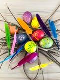 Huevo de Pascua con las plumas coloridas Imágenes de archivo libres de regalías