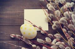 Huevo de Pascua con las ramas de la primavera de un sauce Fotografía de archivo