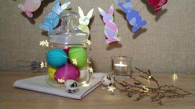 Huevo de Pascua con los oídos del conejito y las luces que destellan