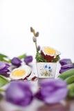 Huevo de Pascua con los tulipanes y la ramita del sauce Imagen de archivo