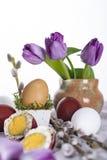 Huevo de Pascua con los tulipanes y la ramita del sauce Fotografía de archivo