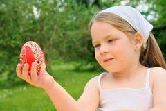 Huevo de Pascua de la explotación agrícola de la niña Imagenes de archivo
