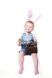 Huevo de Pascua de la explotación agrícola del niño foto de archivo