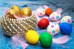 Huevo de Pascua, decoraciones felices del d?a de fiesta de la caza de pascua domingo fotografía de archivo