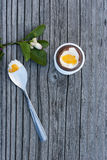 Huevo de Pascua del chocolate en el fondo de madera Fotografía de archivo libre de regalías