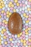Huevo de Pascua del chocolate rodeado Imagen de archivo