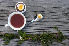Huevo de Pascua del chocolate y taza de té Foto de archivo