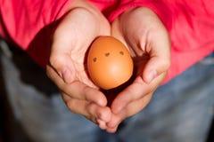 Huevo de Pascua en brazos Imagenes de archivo