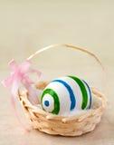 Huevo de Pascua en cesta imagenes de archivo
