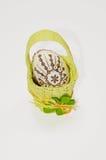 Huevo de Pascua en cesta foto de archivo