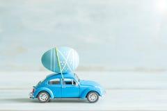Huevo de Pascua en el concepto del coche en humor retro Fotos de archivo
