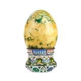Huevo de Pascua en el tenedor aislado en el fondo blanco Foto de archivo