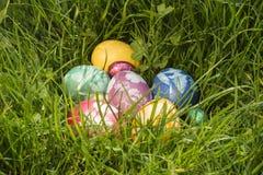 Huevo de Pascua en hierba profunda Fotos de archivo libres de regalías