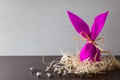 Huevo de Pascua en la forma de conejo en la jerarquía con la rama del sauce Adornamiento del día de fiesta Fotografía de archivo libre de regalías