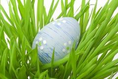 Huevo de Pascua en la hierba Foto de archivo