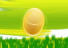 Huevo de Pascua en la luz de la hierba Fotografía de archivo