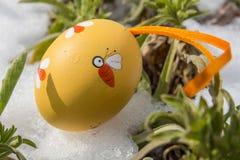 Huevo de Pascua en la nieve Imagen de archivo libre de regalías