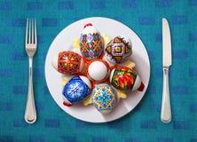 Huevo de Pascua en la placa blanca Fotos de archivo libres de regalías