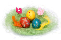 Huevo de Pascua en pequeña jerarquía del pájaro Imagenes de archivo