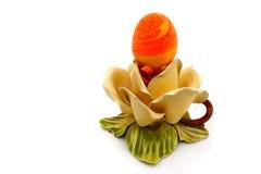 Huevo de Pascua en una base de cerámica Imagenes de archivo
